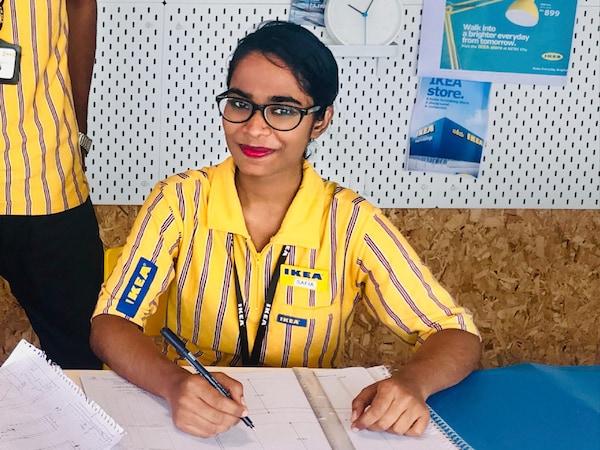 Safia Begum, Mitarbeiterin bei IKEA Indien, ist froh, eine Arbeit zu haben, die mit ihrer Familie vereinbar ist.