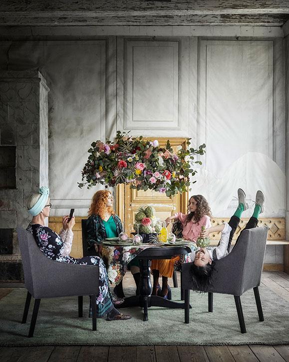 SAKARIAS Armlehnstuhl schwarz/Sporda dunkelgrau von IKEA ist in verschiedenen Bezügen von Dunkelgrau bis bunt erhältlich, hat eine gepolsterte Sitzfläche, bietet der Lendenwirbelsäule Stütze und die Armlehnen sind niedrig genug, um unter die Tischplatte zu passen.