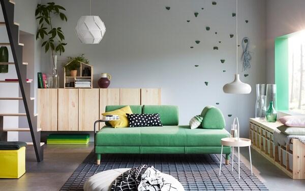 Sala amb sofà i detalls verds a les parets