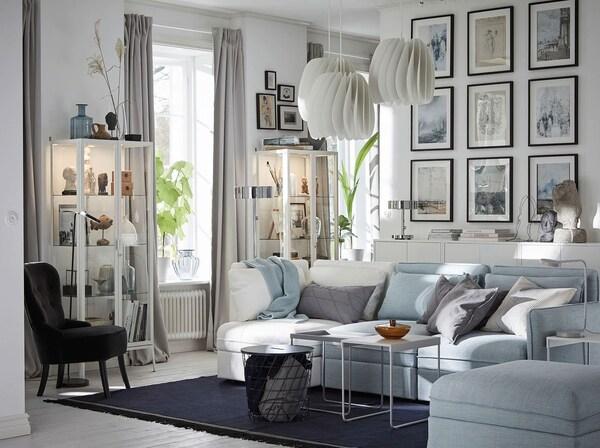 Sala de color gris clar amb quadres decoratius