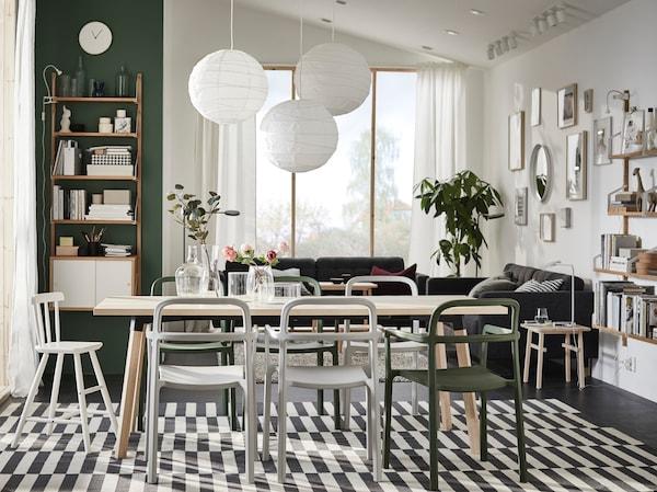Salle à manger avec table en bois et chaises modernes IKEA