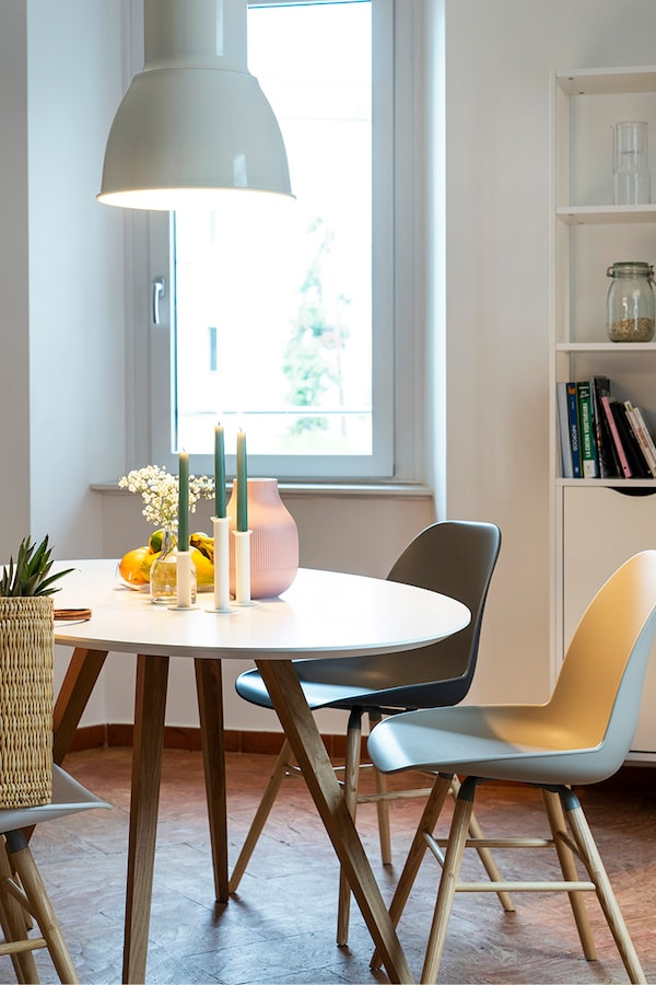Salle à manger ouverte décorée d'accessoires IKEA.
