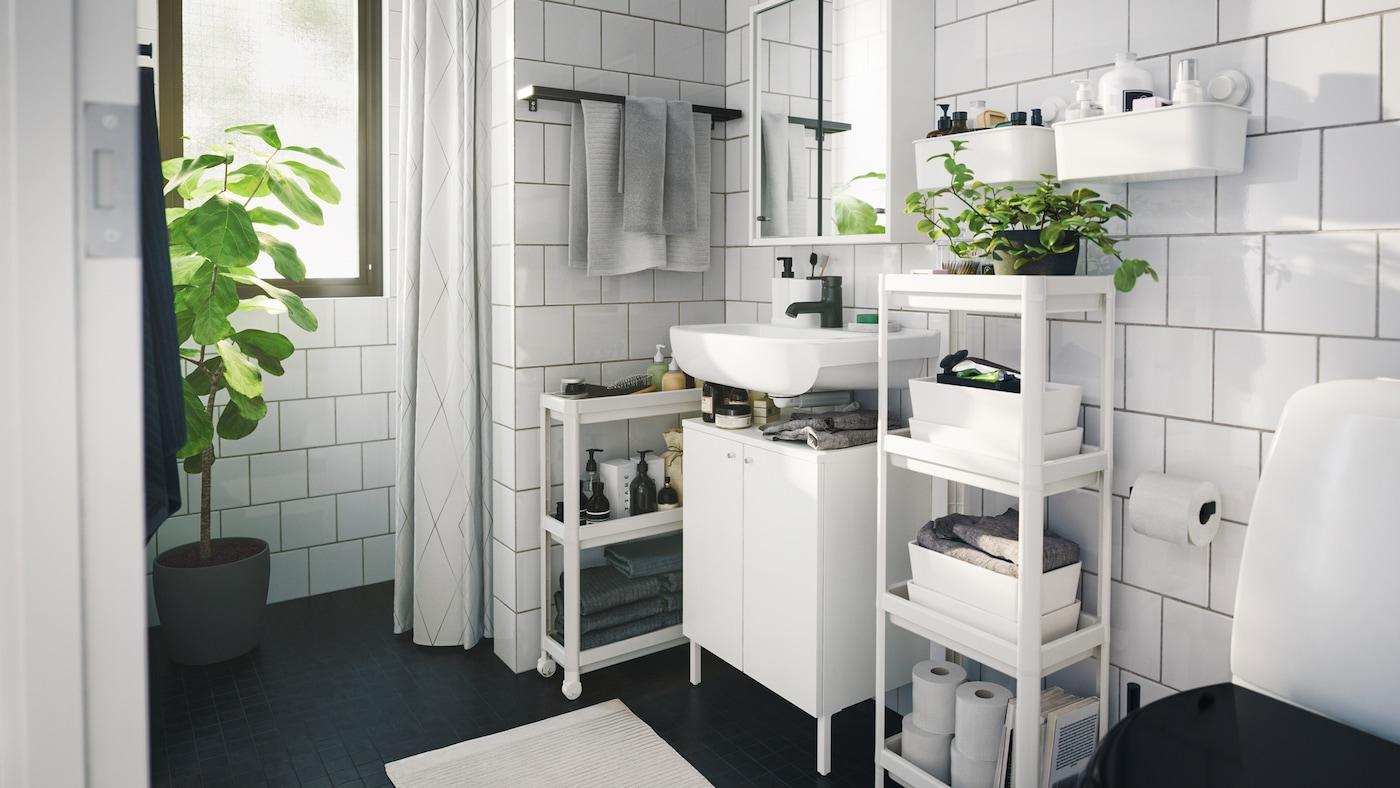 Salle de bain contemporaine monochrome avec beaucoup de rangements gain de place, des boîtes et des plantes d'intérieur.