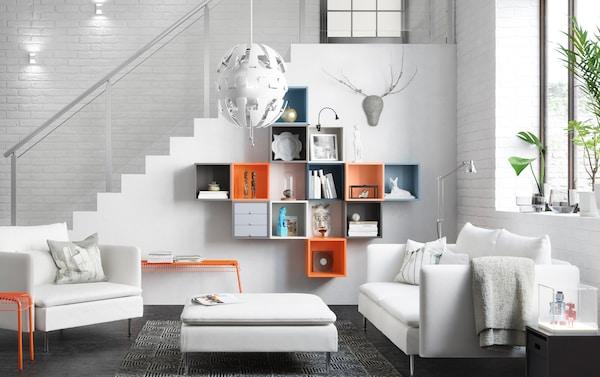 Salon blanc avec un mélange de cubes colorés au mur servant de rangement.