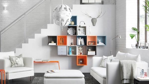 Salon blanc et cubes de rangement colorés