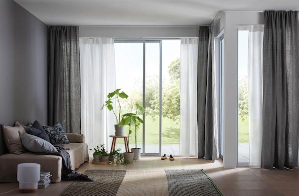 Salón con las ventanas del jardín abiertas.
