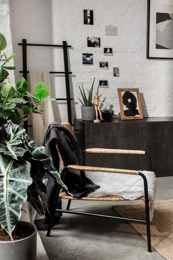 Salon de style industriel avec plantes, fauteuil et armoire
