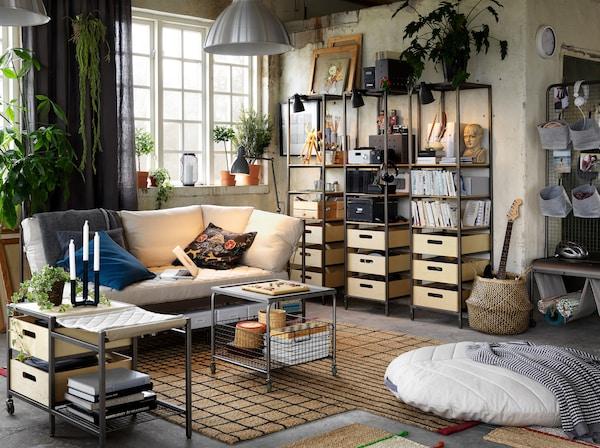 Salon décontracté avec meubles en bois et métal de style industriel et canapé blanc.