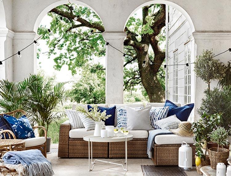 salon-exterieur-osier-coussin-blanc-bleu-plantes
