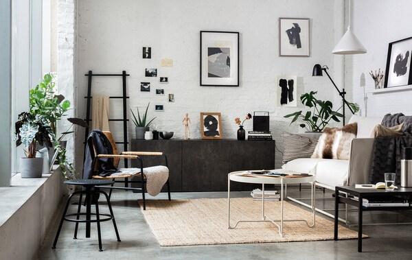 Salon IKEA de style industriel avec meubles, tables, fauteuil et tapis