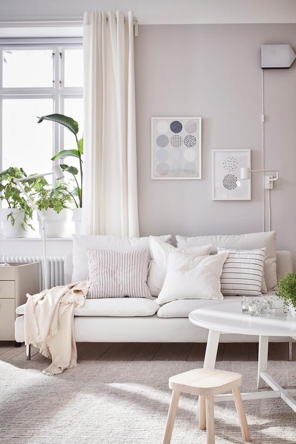 Salón luminosos en tonos blancos.