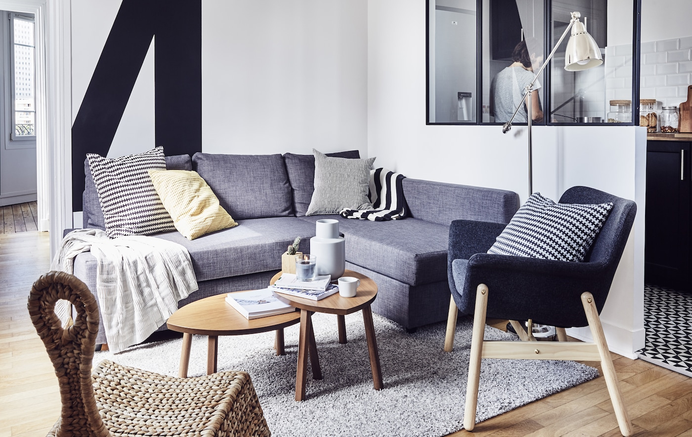 Salon minimaliste noir, blanc et gris.