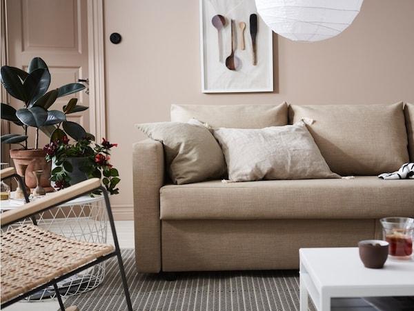 Salón moderno con un sofá de color beige