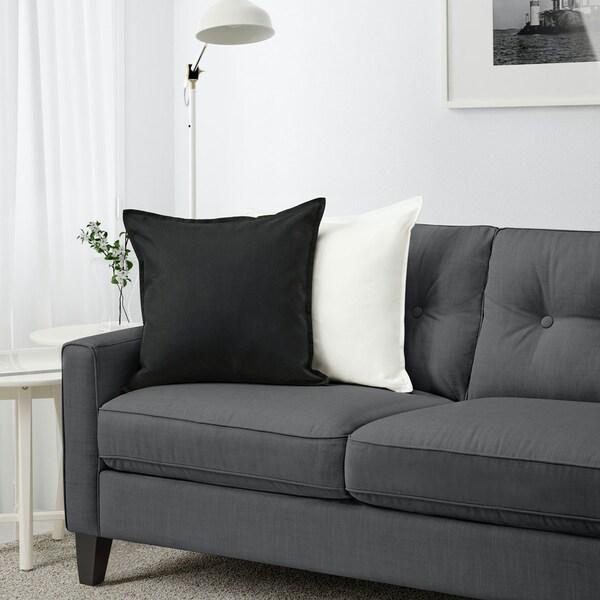 Salon organisé et éclairé avec canapé gris