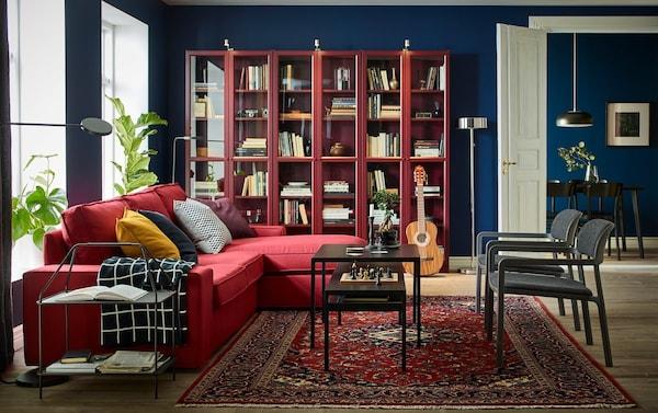 Salón rojo con paredes azules