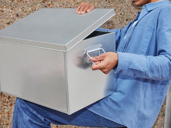 Самая большая из трех коробок OМБЮТЕ с крышкой и ручками сделана из оцинкованной стали.