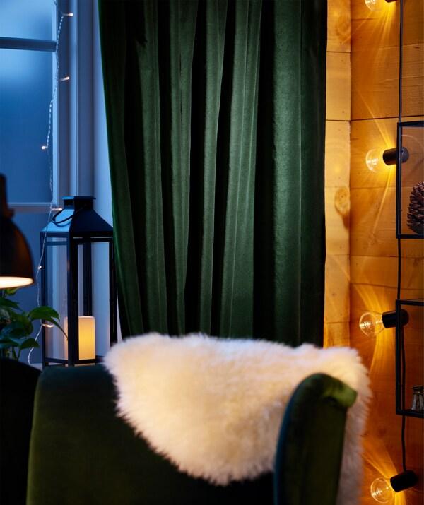 SANELA من ايكيا ستائر قطن أخضر داكن بسيطة سهلة التعليق والسحب عندما يحين وقت النوم.