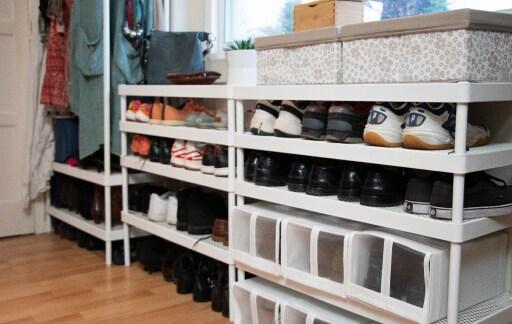 Sapatos colocados em sapateiras MACKAPÄR da IKEA