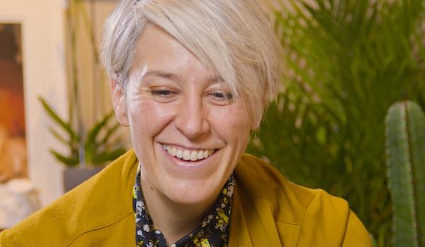 Sara del Fabbro, IKEA SEE CEO, sedí ve svém bytě před pár rostlinami. Usmívá se a vypadá šťastně.