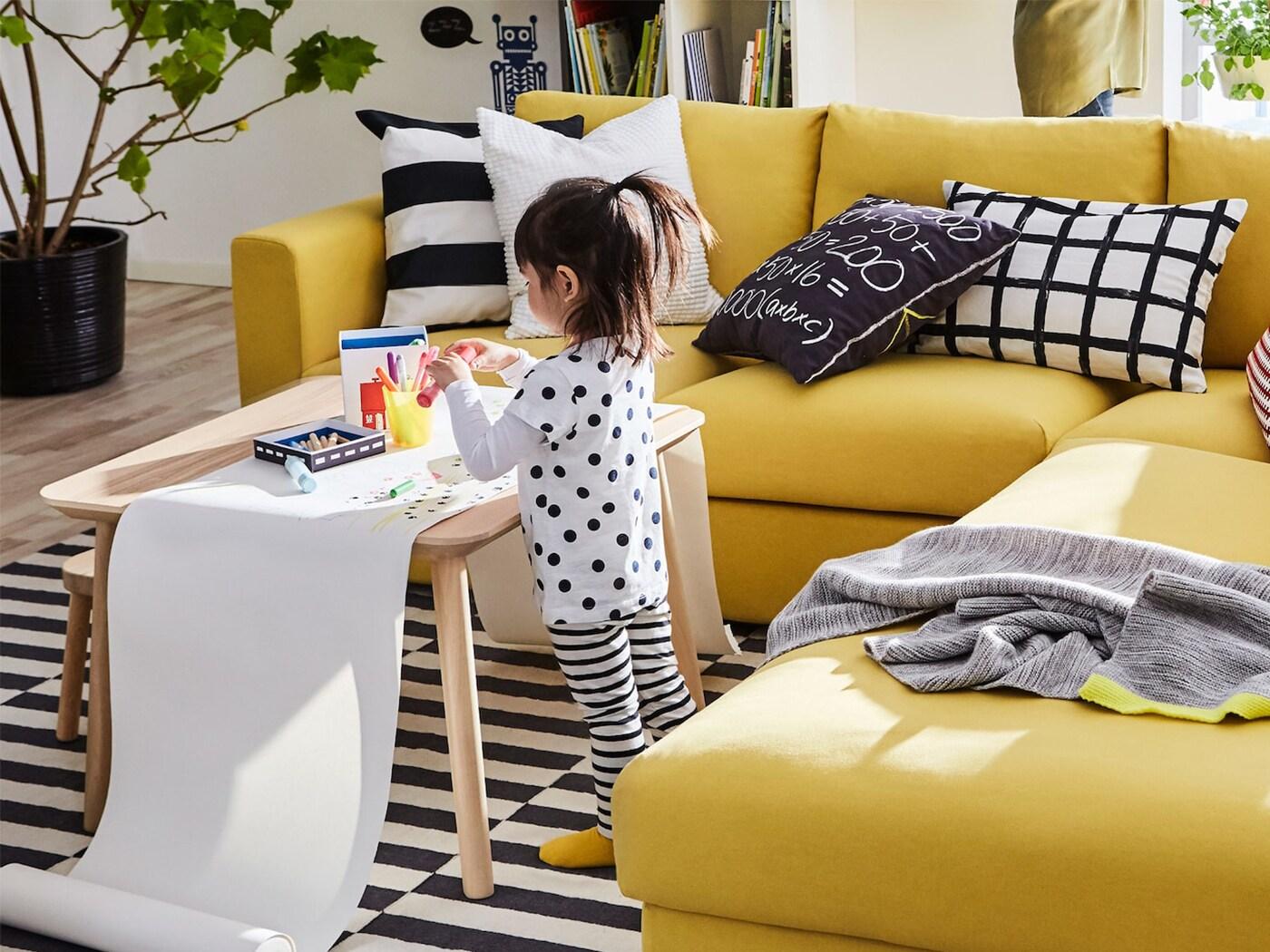 Sárga VIMLE 3 személyes kanapé a nappaliban.