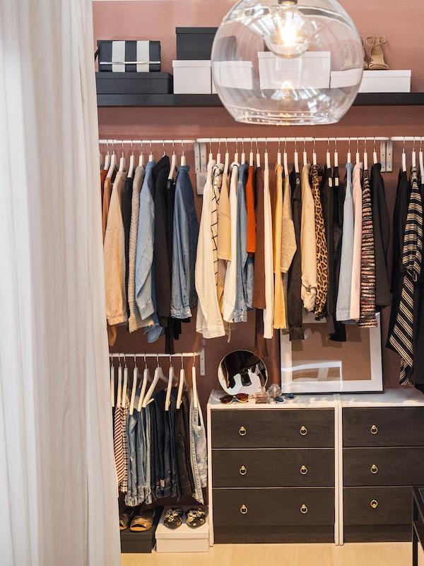 Šatní tyč MULIG vám pomůže oblečení pěkně uspořádat.