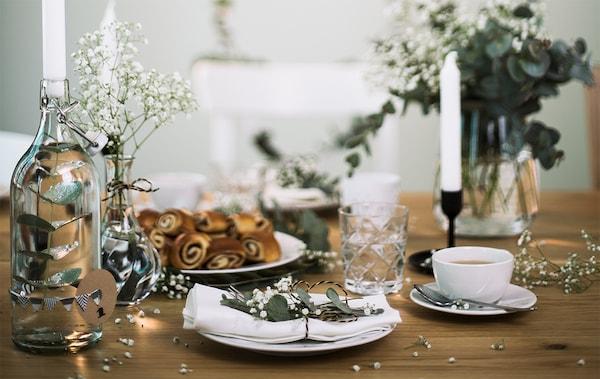 Scandinavisch gedeckter Hochzeitstisch mit Kerzenständer aus einer Glasflasche