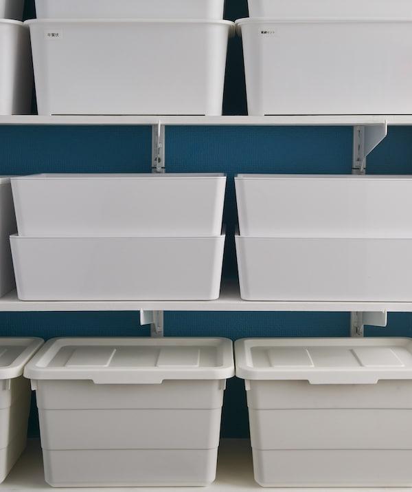 Scatole bianche con coperchio su una mensola - IKEA