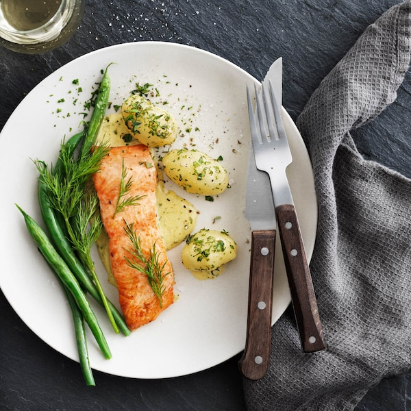 Scegli solo un salmone di cui puoi fidarti. Tutti i prodotti della serie SJÖRAPPORT di IKEA sono prodotti con la collaborazione di fornitori che garantiscono acquacoltura, allevamenti e pesca sostenibile.