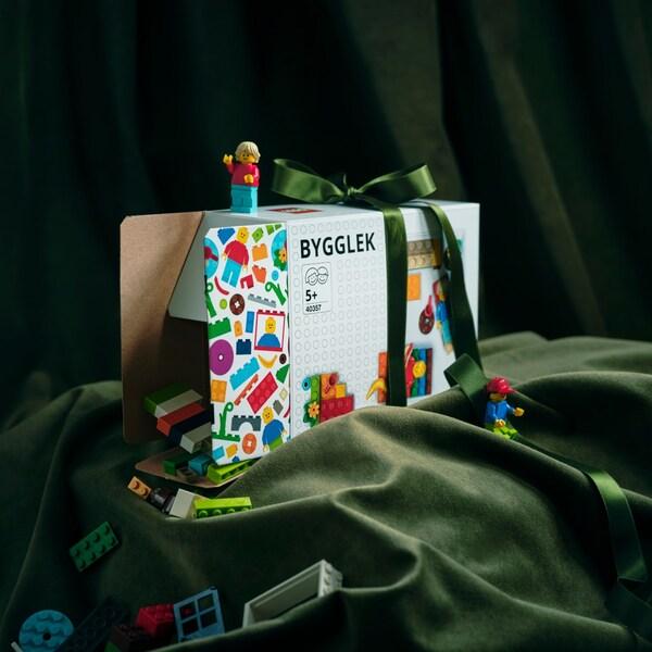Schachtel mit Lego-Spielsachen in Geschenkverpackung