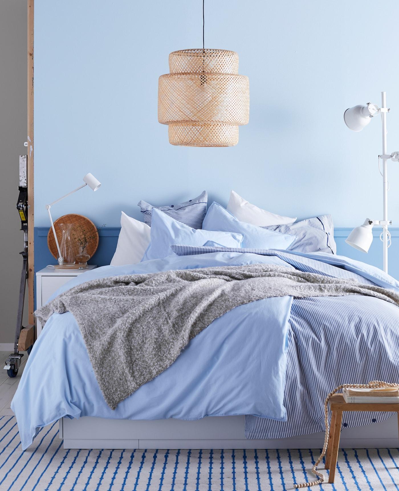 Schlafzimmer Mit Einem Blau Weißen Farbschema, Jeder Menge Decken Und  Kissen, U. A. Mit