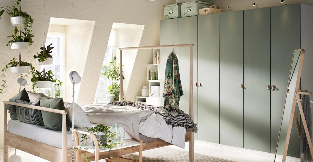 Schlafzimmer mit einem PAX Kleiderschrank mit mintgrünen Türen