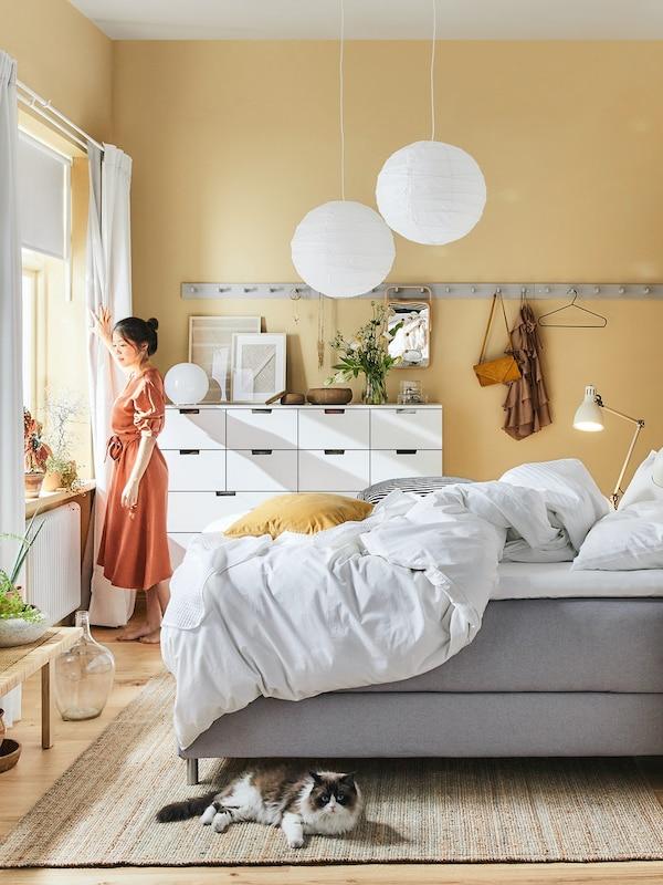 Schlafzimmer mit grauem Boxspringbett