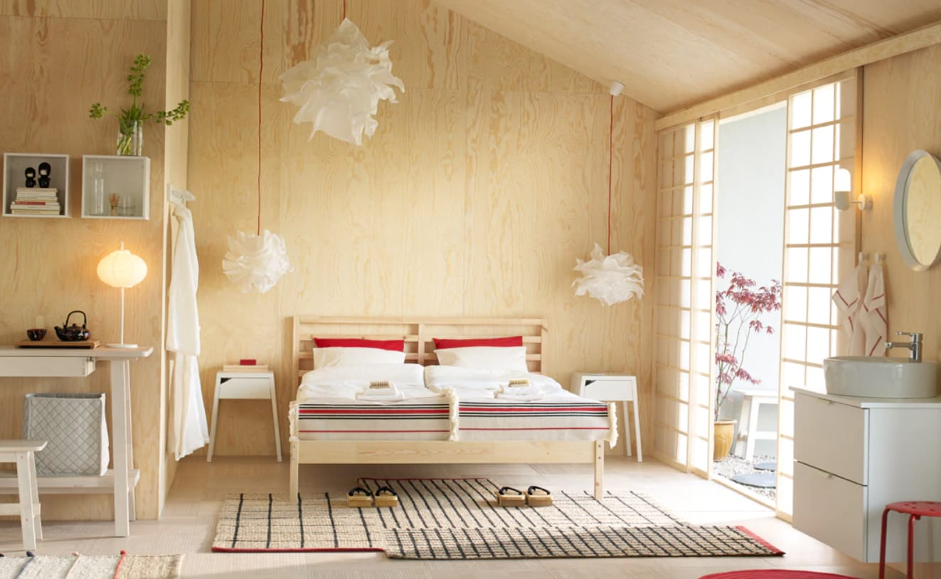 Schlafzimmer mit hellem Holzbett TARVA, weißer SELJE Ablagetisch, NORRÅKER Sideboard & Holzbank