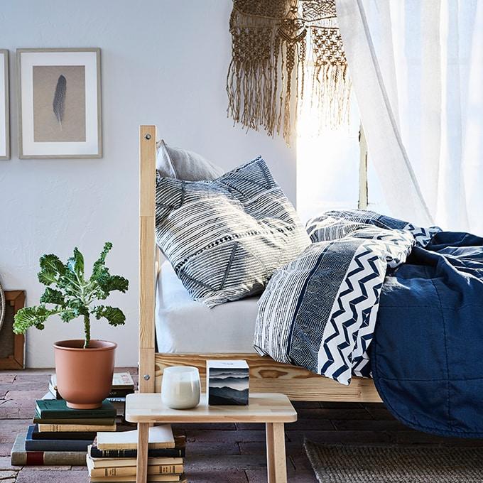 Schlafzimmertextilien als Bettwäsche in blau und weiß PROVINSROS