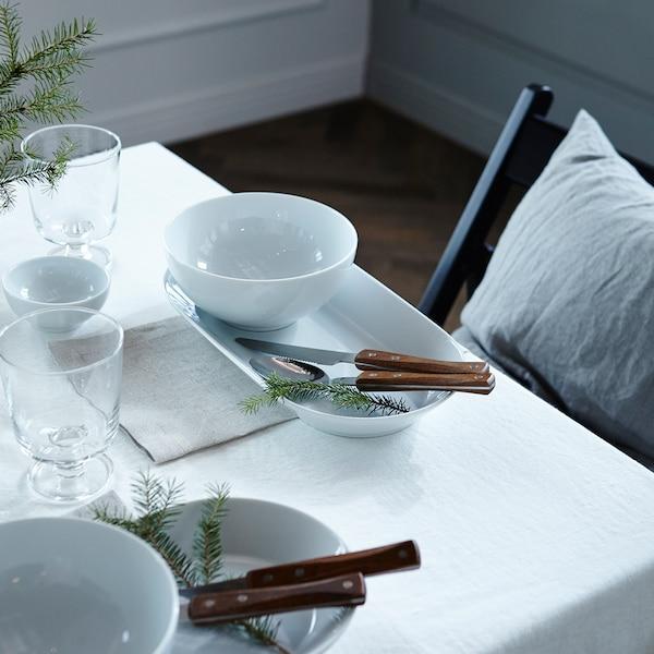 Schlichte, weisse Tischdekoration für Winter