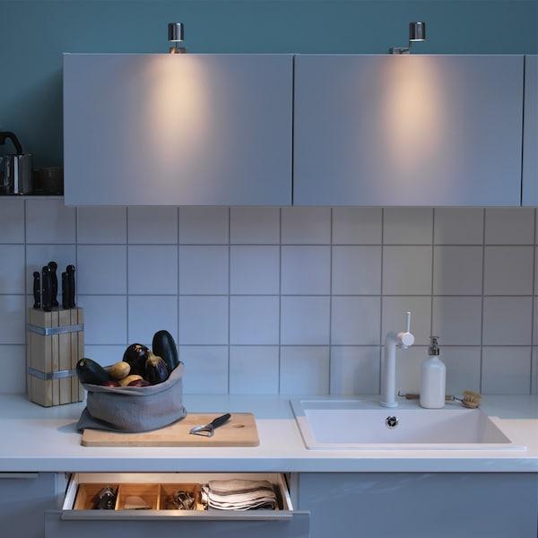 Schrankbeleuchtung abends, Sicht auf geschlossene Küchenhängeschränke
