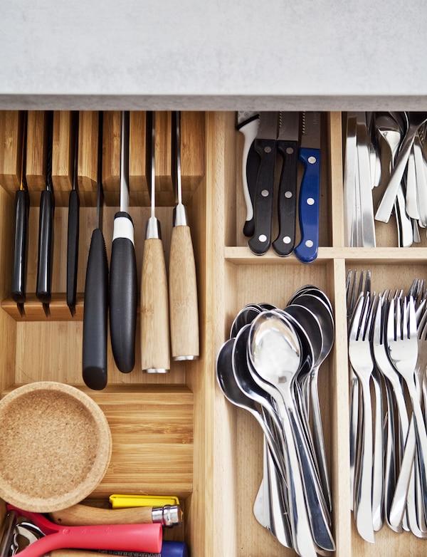 Schubladentrennstege mit Besteck & Küchenwerkzeug gefüllt