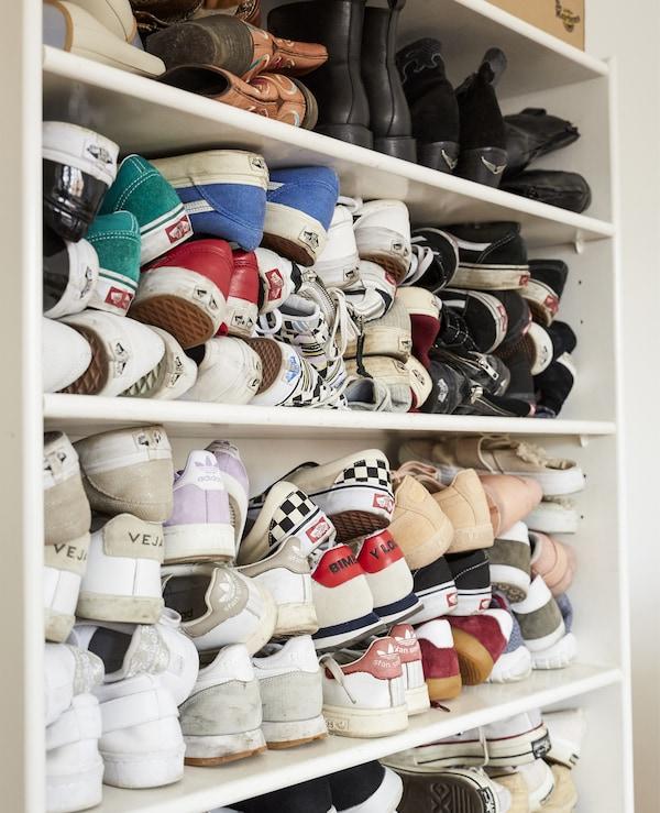 Schuhe in einem BILLY Bücherregal weiß