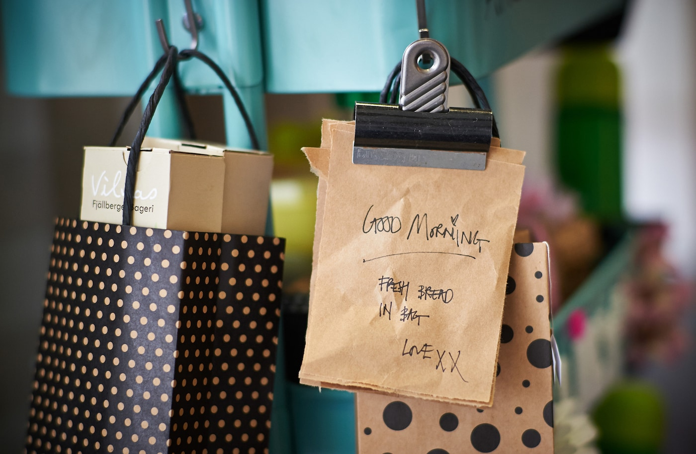 Schwarz-beige Geschenktüten aus Papier, in denen das Schulbrot für Kinder verpackt ist.