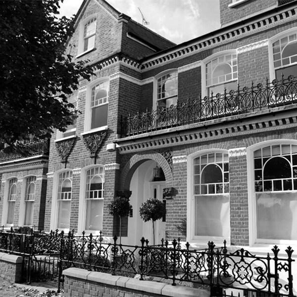 Schwarz-Weiß-Foto eines Stadthauses