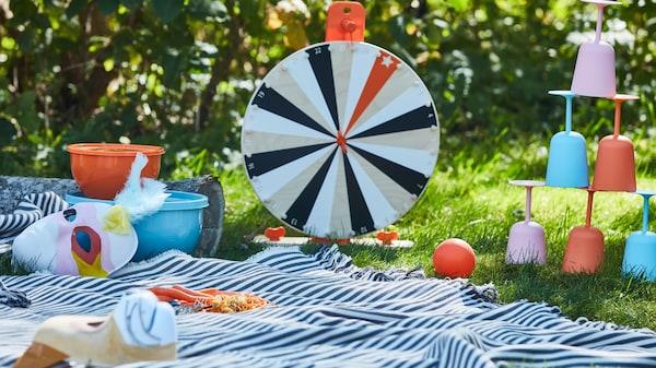 Schwedische Sommerparty bei IKEA mit einem Picknick mit Kindern