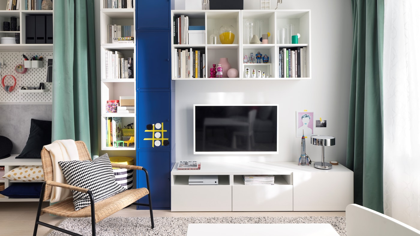 Ściana z telewizorem oraz szafkami z serii BESTÅ, EKET i LIXHULT.