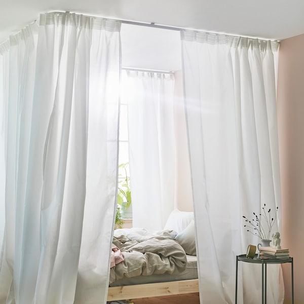 Se hvordan du kan lage en sengehimmel til senga di med gardiner og VIDGA gardinskinner.