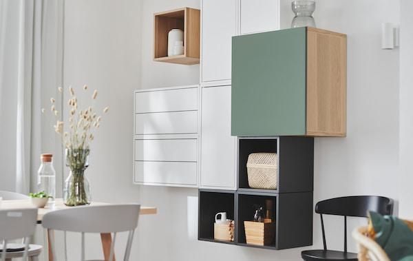 Sección de pared con estanterías EKET combinada con otras unidades de almacenamiento, creando un aspecto deliberadamente irregular pero geométrico.