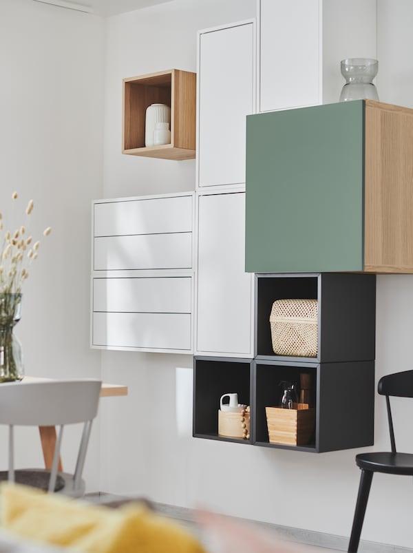 Section de mur dotée d'étagères EKET combinées à d'autres d'unités de rangement, créant un style délibérément asymétrique tout en demeurant géométrique.