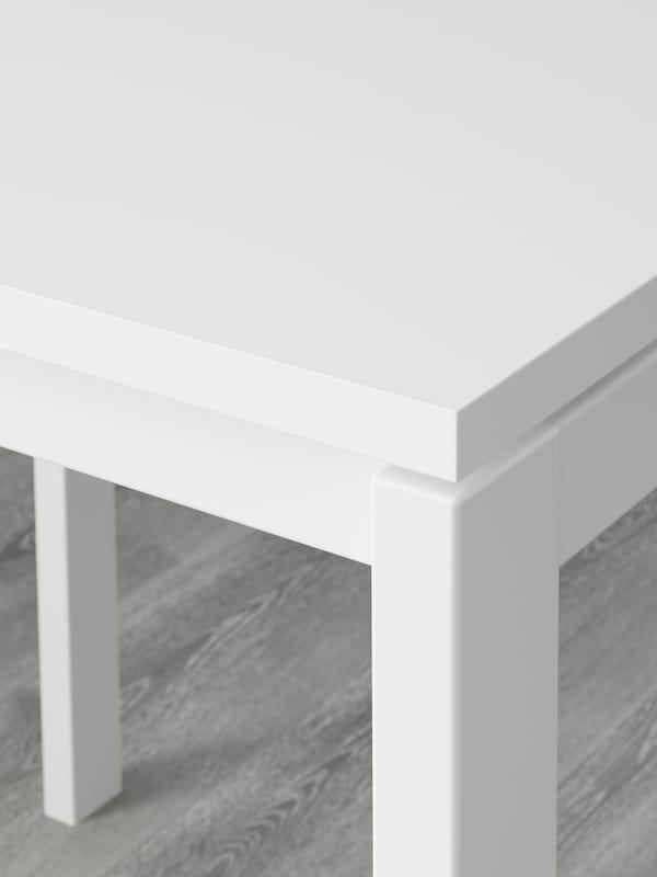 Secțiune dintr-o masă MELLTORP albă fabricată din melamină rezistentă.