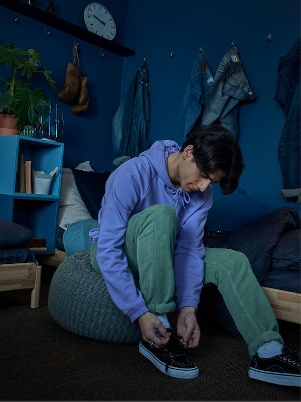 Sedia. Ikat tali kasut anda menggunakan bangku berkusyen kelabu SANDARED yang dikait dan lembut. Bertindak!
