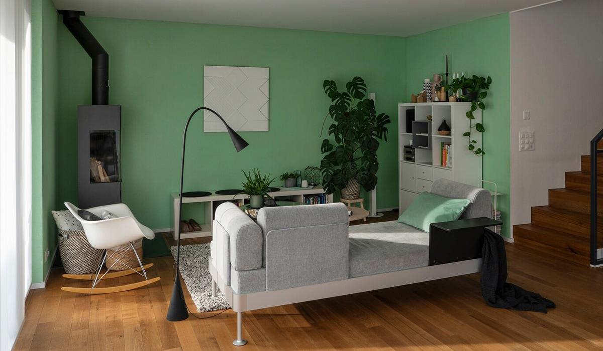 Séjour avec un canapé de la collection IKEA DELAKTIG créée par Tom Dixon.