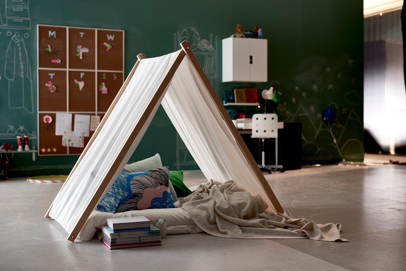 Selbstgemachtes aus Stoff & Holz gemachtes Tipi in einem Kinderzimmer mit kreide-bemahlbaren Wänden