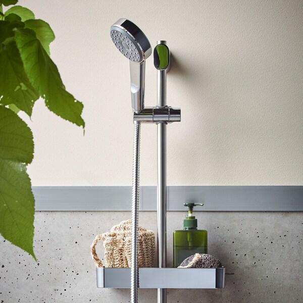 Selusur penaik BROGRUND disadur krom dengan kit pancuran tangan, dilekapkan pada dinding dengan dulang yang diletakkan span dan pendispens sabun.